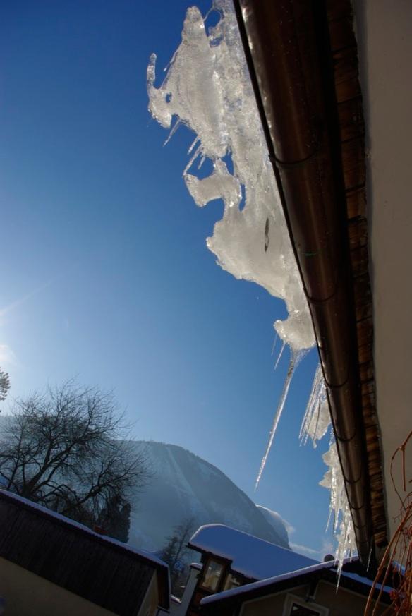 Eis in der Dachrinne