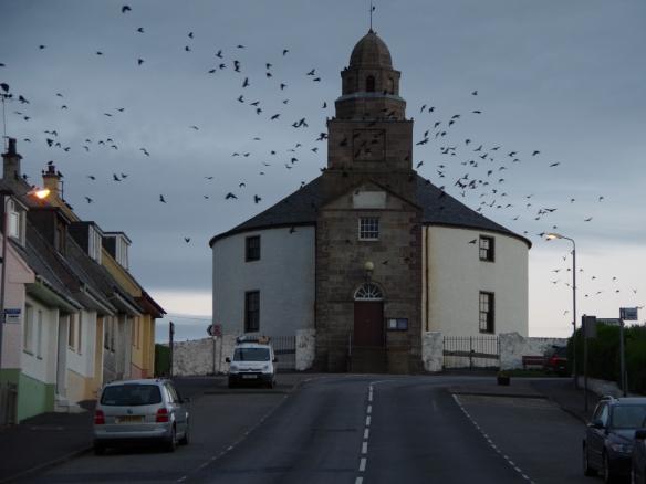 Die Vögel und die Rundkirche in Bowmore