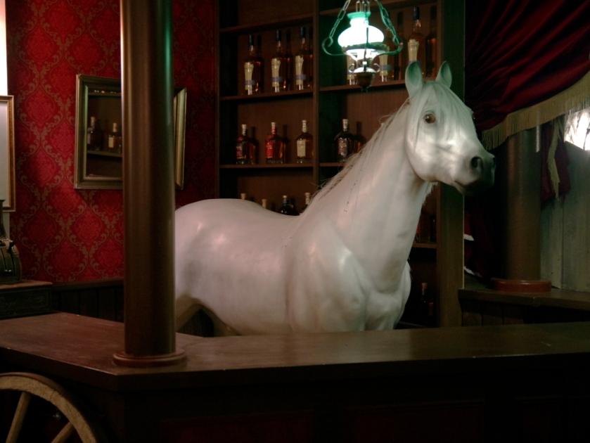 Kommt-ein-Pferd-in-eine-Bar